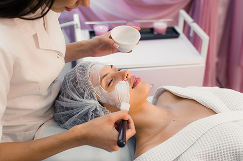 young-beautiful-woman-having-spa-procedure-on-her-p5mdn85resize.jpg